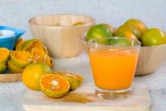 Zumo anaranjado y de naranja imagen de archivo