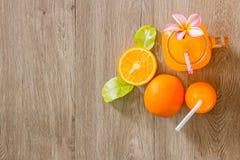 Zumo anaranjado y de naranja fresco Fotos de archivo