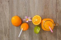 Zumo anaranjado y de naranja fresco Imágenes de archivo libres de regalías