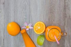 Zumo anaranjado y de naranja fresco Foto de archivo libre de regalías