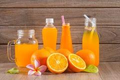 Zumo anaranjado y de naranja fresco Imagen de archivo