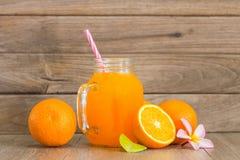 Zumo anaranjado y de naranja fresco Fotografía de archivo