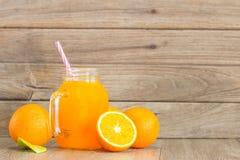 Zumo anaranjado y de naranja fresco Fotos de archivo libres de regalías