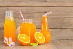 Zumo anaranjado y de naranja fresco Imagenes de archivo