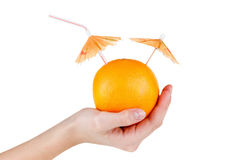 Zumo de fruta anaranjado del concepto con el paraguas aislado en blanco Foto de archivo libre de regalías
