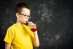 Zumo de fruta de consumición del adolescente Fotos de archivo