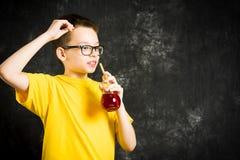 Zumo de fruta de consumición del adolescente Imagen de archivo libre de regalías