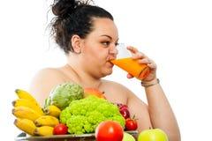 Zumo de fruta de consumición adolescente gordo Imagen de archivo libre de regalías