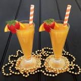 Zumo de fruta de la naranja y de la fresa Fotos de archivo libres de regalías