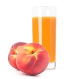 Zumo de fruta del melocotón en vidrio Imagen de archivo libre de regalías