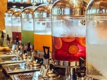 Zumo de fruta en el tanque del refrigerador de agua y servicio de consumición del tanque en re Fotos de archivo