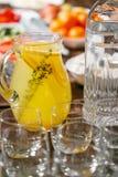 Zumo de fruta en la jarra Comida fría del desayuno del hotel de la mañana Vidrios vacíos Imagen de archivo libre de regalías