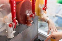 zumo de fruta en máquina del aguanieve Imagen de archivo libre de regalías