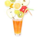Zumo de fruta fresca en un vidrio y frutas maduras Aislado en el fondo blanco Primer Foto de archivo