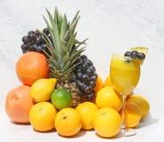 Zumo de fruta fresca y fruta Imagen de archivo