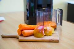 Zumo de la zanahoria y de manzana fotos de archivo