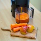 Zumo de la zanahoria y de manzana foto de archivo libre de regalías