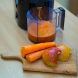 Zumo de la zanahoria y de manzana foto de archivo