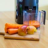 Zumo de la zanahoria y de manzana imagen de archivo libre de regalías