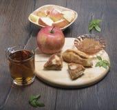 Zumo de manzana, atasco, empanadas con el atasco Fotografía de archivo libre de regalías