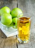 Zumo de manzana con las manzanas frescas Foto de archivo