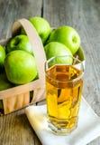 Zumo de manzana con las manzanas frescas Fotos de archivo libres de regalías
