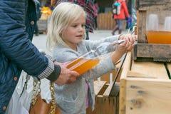 Zumo de manzana embotellador de la muchacha Fotos de archivo libres de regalías