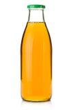 Zumo de manzana en una botella de cristal Imagenes de archivo