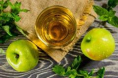 Zumo de manzana fresco imagenes de archivo