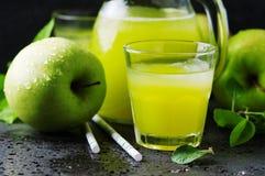 Zumo de manzana fresco y manzanas verdes Fotos de archivo libres de regalías