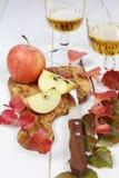 Zumo de manzana, manzanas y hojas de otoño Imágenes de archivo libres de regalías