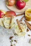 Zumo de manzana orgánico fresco del otoño con las especias y la miel Foto de archivo