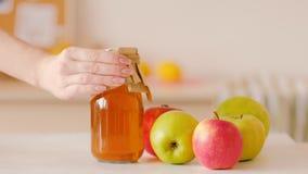 Zumo de manzana orgánico hecho en casa de la nutrición sana almacen de metraje de vídeo