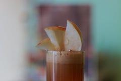 Zumo de manzana recientemente exprimido Foto de archivo