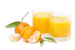 Zumo de naranja aislado y clementinas Fotos de archivo