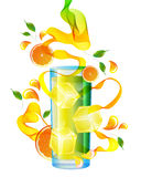 Zumo de naranja con el chapoteo, la onda abstracta y las hojas Fotografía de archivo