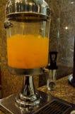 Zumo de naranja con en el tarro de cristal Fotografía de archivo