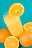 Zumo de naranja con la rebanada de naranja Foto de archivo