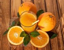 Zumo de naranja con las frutas maduras Composición brillante del aire libre en la sol fotografía de archivo libre de regalías