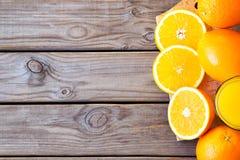 Zumo de naranja con las rebanadas anaranjadas Imagen de archivo