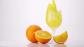 Zumo de naranja de colada en el vidrio metrajes