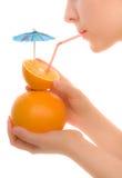 Zumo de naranja de consumición de la creatividad de la mujer Imagenes de archivo
