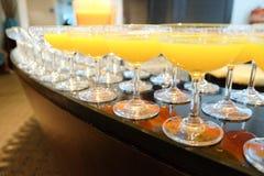Zumo de naranja en copas de vino fotos de archivo