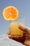 Zumo de naranja en el cielo Foto de archivo libre de regalías