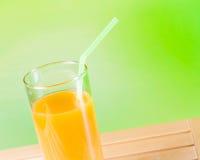 Zumo de naranja en el concepto de madera de la nutrición de la tabla Fotos de archivo