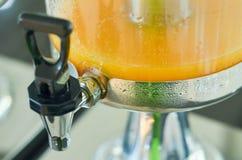 Zumo de naranja en el tarro de cristal Imagen de archivo