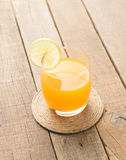 Zumo de naranja en fondo de madera de la tabla Foto de archivo