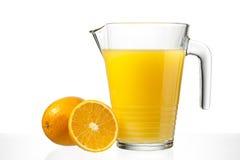 Zumo de naranja en jarro fotos de archivo libres de regalías
