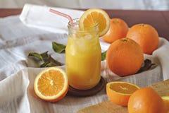 Zumo de naranja en la tabla Fotografía de archivo libre de regalías