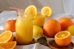 Zumo de naranja en la tabla Foto de archivo